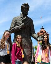 Springfield - Girls with Lincoln Statue